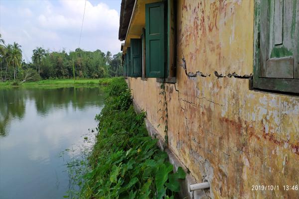 ঝুকিপূর্ণ ভবন দিয়ে চলছে পুঠিয়া বালিকা বিদ্যালয়ের পাঠদান