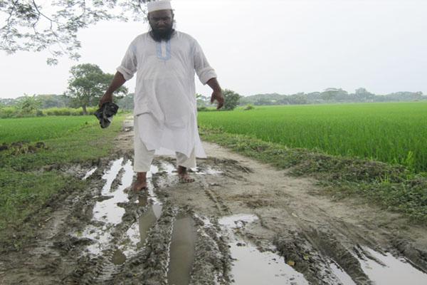নান্দাইলে সড়কের বেহাল অবস্থায় ৩০ হাজার মানুষের ভোগান্তি