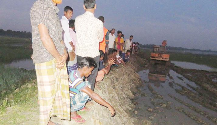 মদনে নবনির্মিত সরকারি রাস্তা কেটে জমি নির্মাণ
