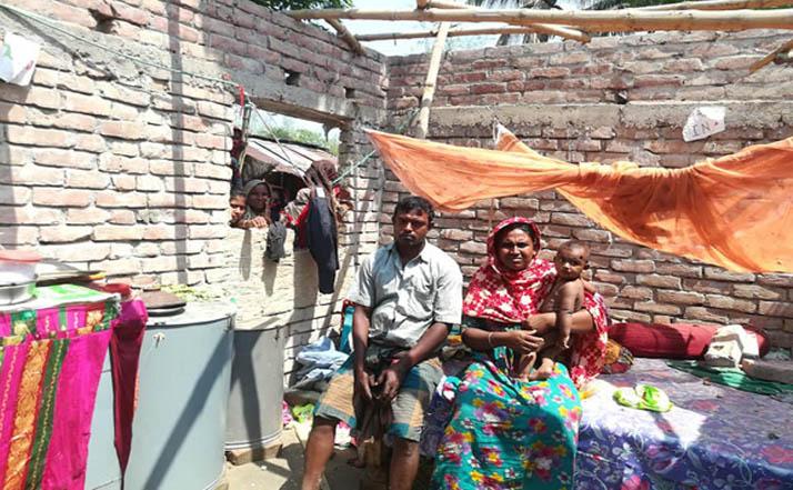 ঝিনাইদহের চোরকোল গ্রামে দিনে দুপুরে ঘরবাড়ি ভাঙচুর