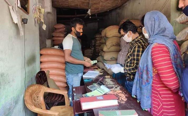 পুঠিয়ায় দ্রব্য মূল্যেও দাম বৃদ্ধি করায় ৯৫ হাজার টাকা অর্থদন্ড
