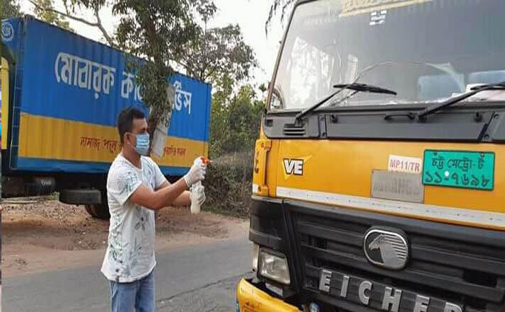 লক্ষ্মীপুরে যানবাহনে 'জীবন-নাশক' স্প্রে করলো যুবলীগ নেতা রাসেল