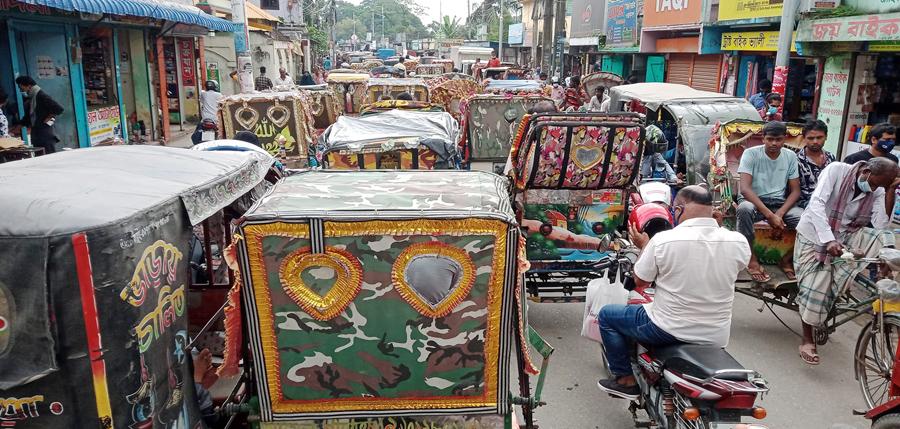 ময়মনসিংহ নগরী রিক্সা ও অটোর দখলে: করোনা সংক্রমণে রেকর্ডের আশঙ্কা