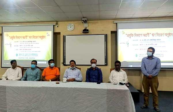 নজরুল বিশ্ববিদ্যালয় শিক্ষার্থীদের মাঝে ঋণ বিতরণ
